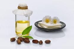 jojoba oil best moisturizing oil for dry wrinkled hand